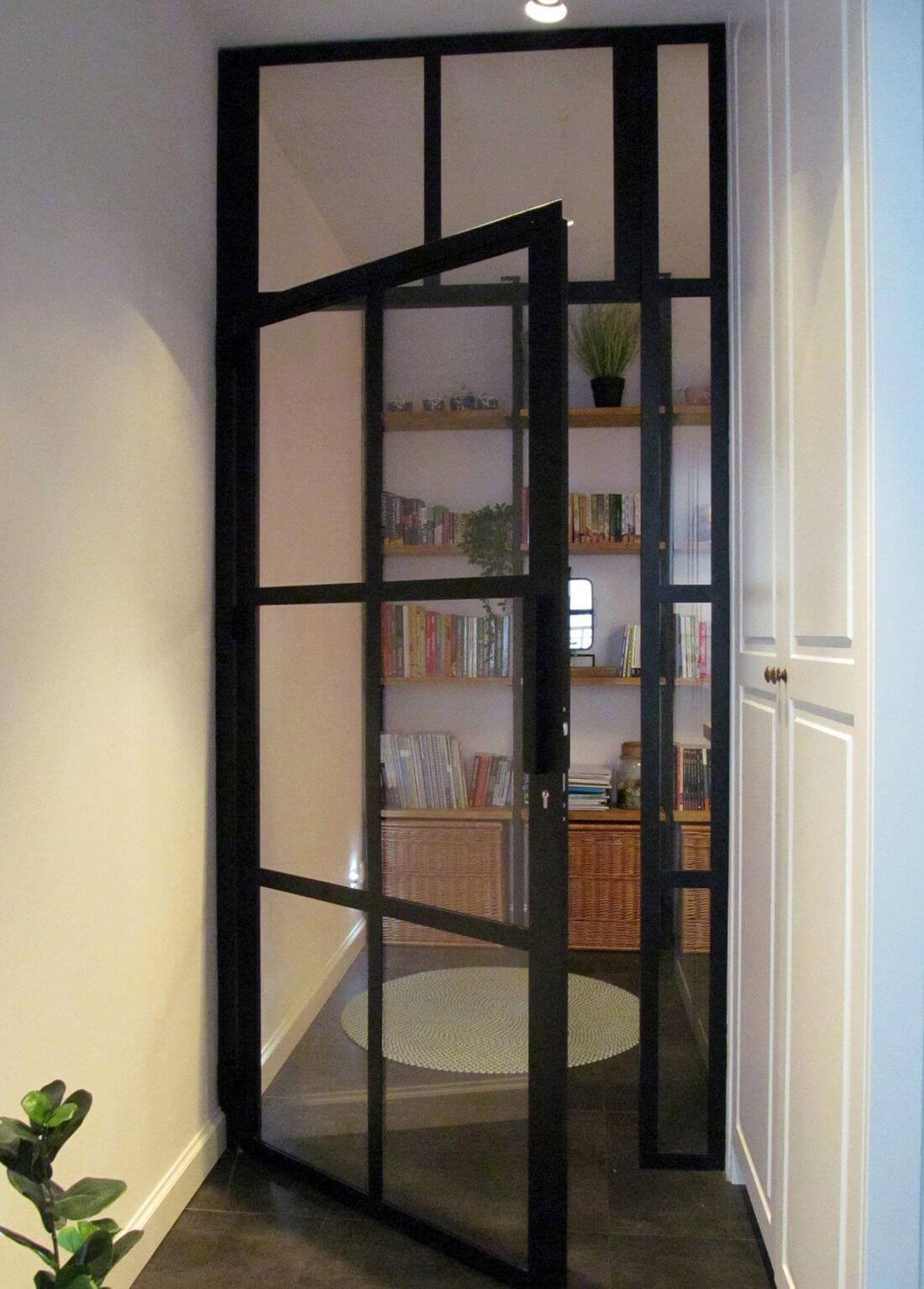 Drzwi Loftowe w stylu industrialnym ze stali konstrukcyjnej i bezpiecznego szkła w mieszkaniu na warszawskiej Pradze