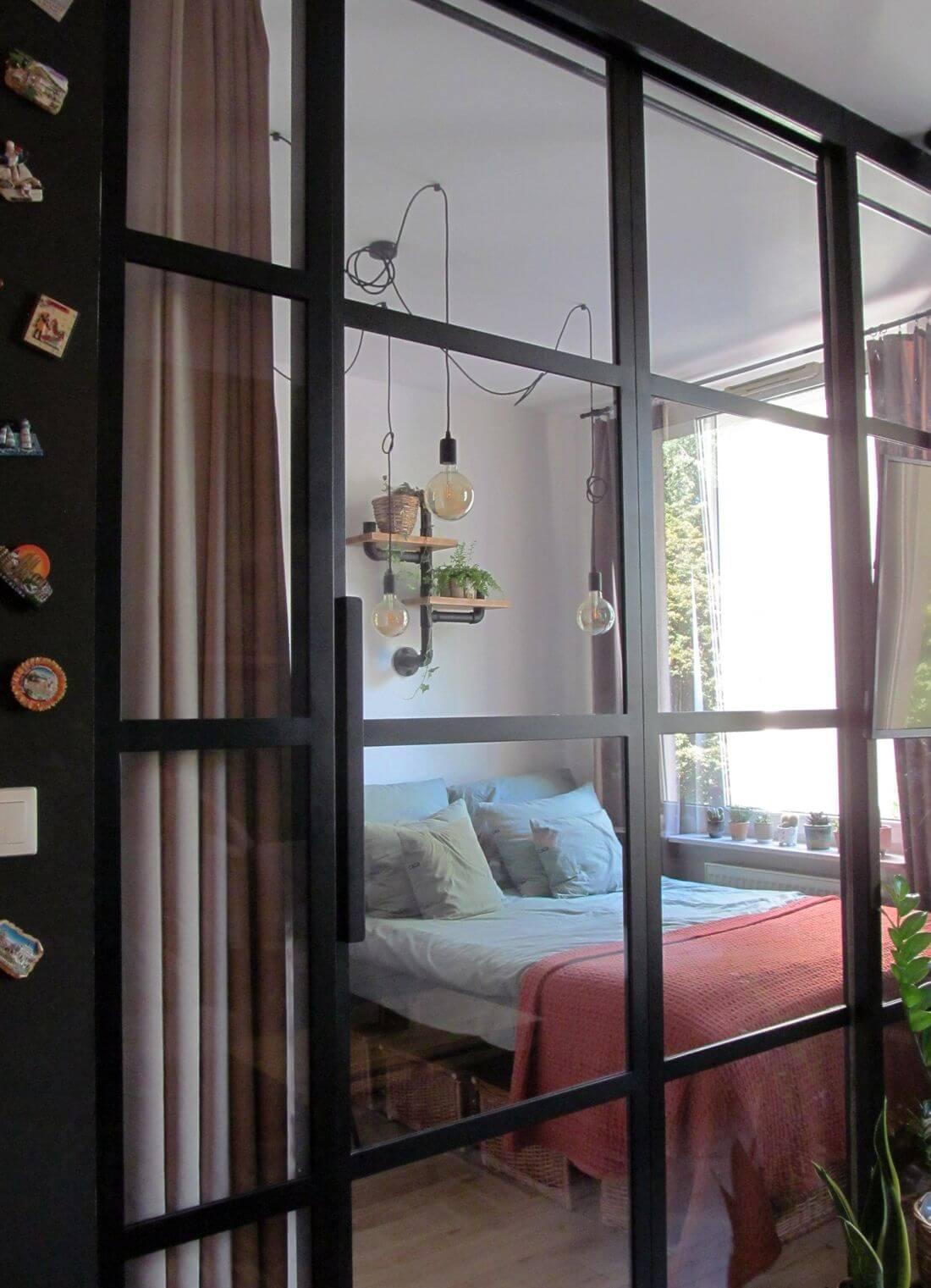 Przesuwane Drzwi loftowe wraz ze szklaną ścianką industrialną w mieszkaniu