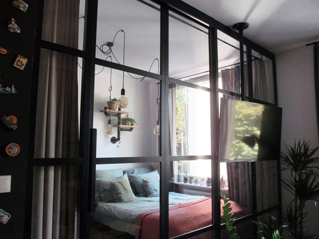 Drzwi loftowe przesuwne metalowe wraz z przeszkloną ścianką industrialną oddzielające sypialnię od salonu