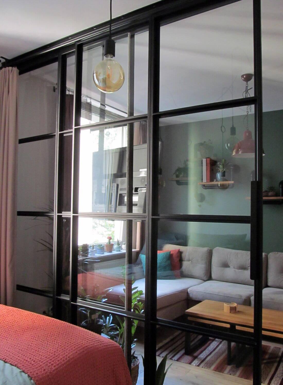Otwarte Przesuwane Drzwi loftowe ze szklaną ścianą industrialną w mieszkaniu w Warszawie