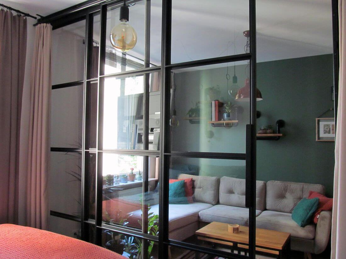 Czarne metalowe Drzwi loftowe Przesuwane ze szklaną ścianą industrialną w mieszkaniu w Warszawie