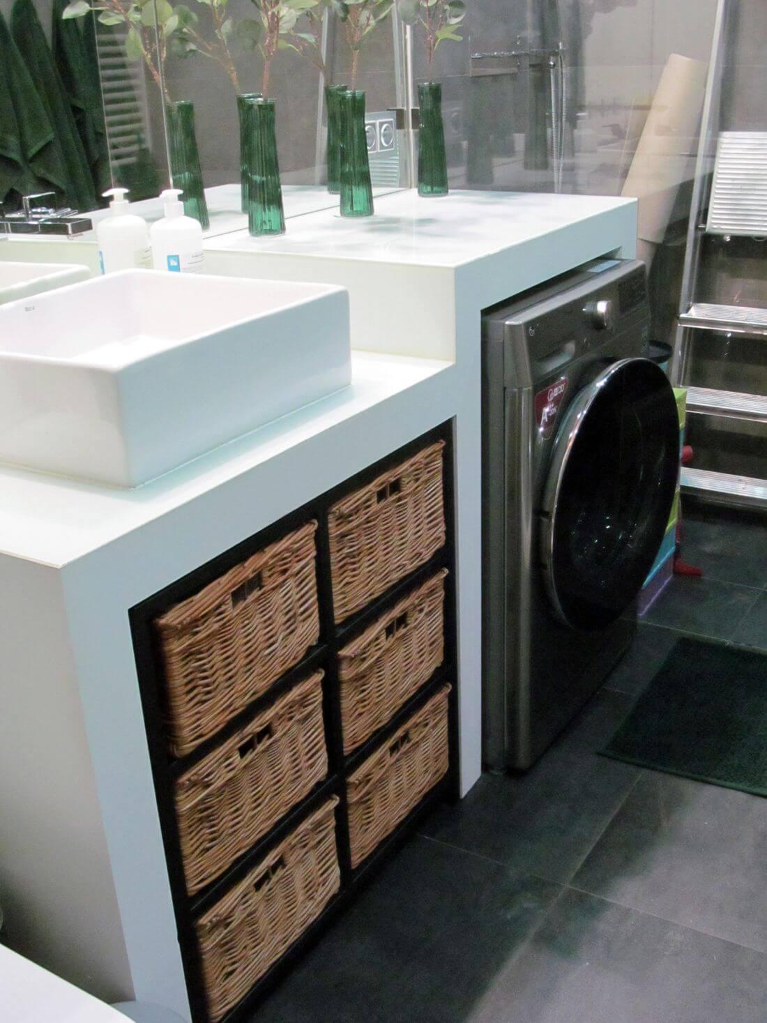 Industrialna metalowa półka w stylu loft do łazienki z metalu czarna, zainstalowana pod umywalką