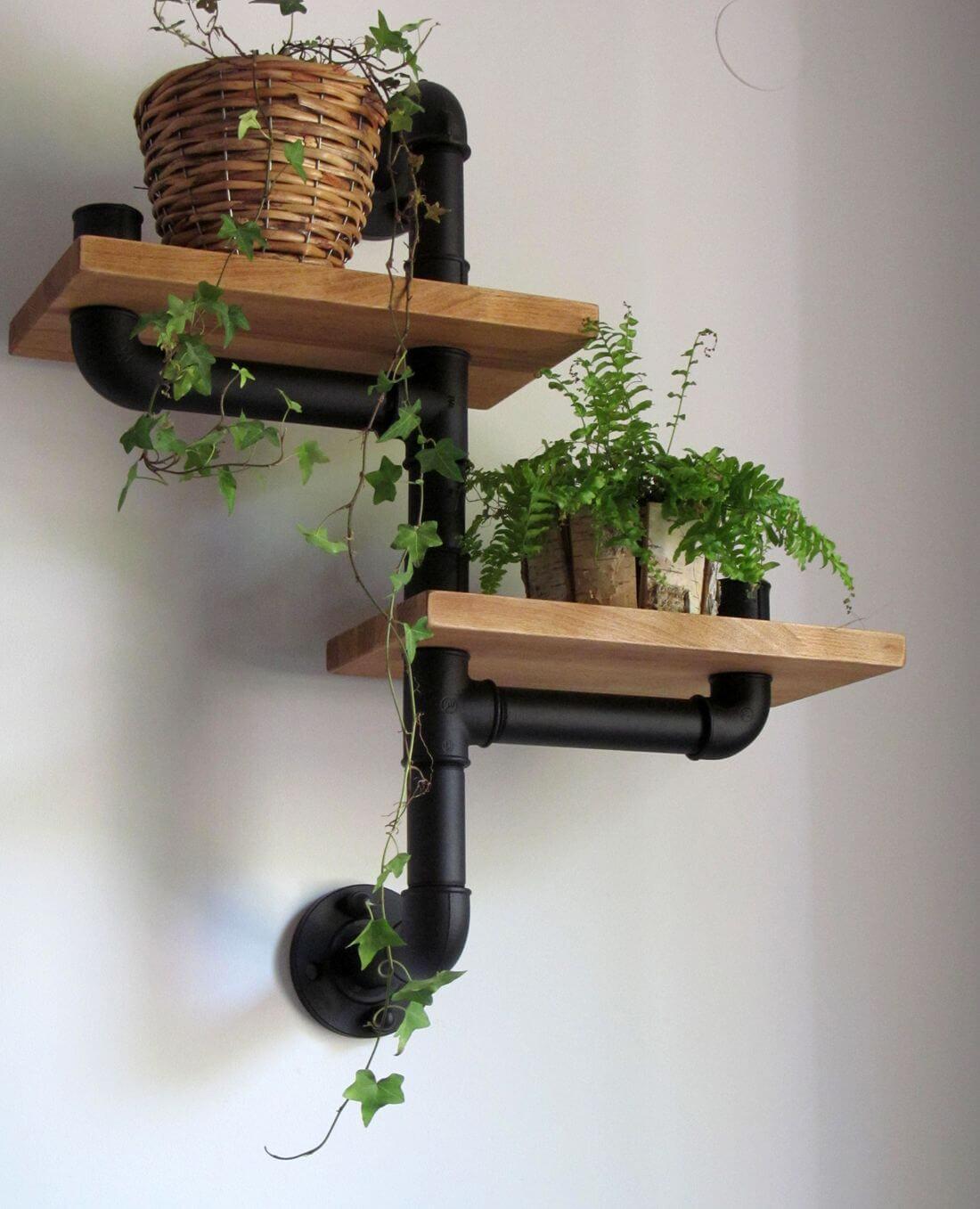 Półka industrialna na rośliny z rur hydraulicznych oraz drewna pomalowana na czarno w stylu drobnej struktury