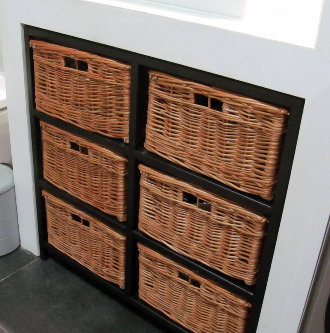 Loftowa metalowa półka w stylu industrialnym do łazienki z sześcioma koszami wiklinowymi na wymiar