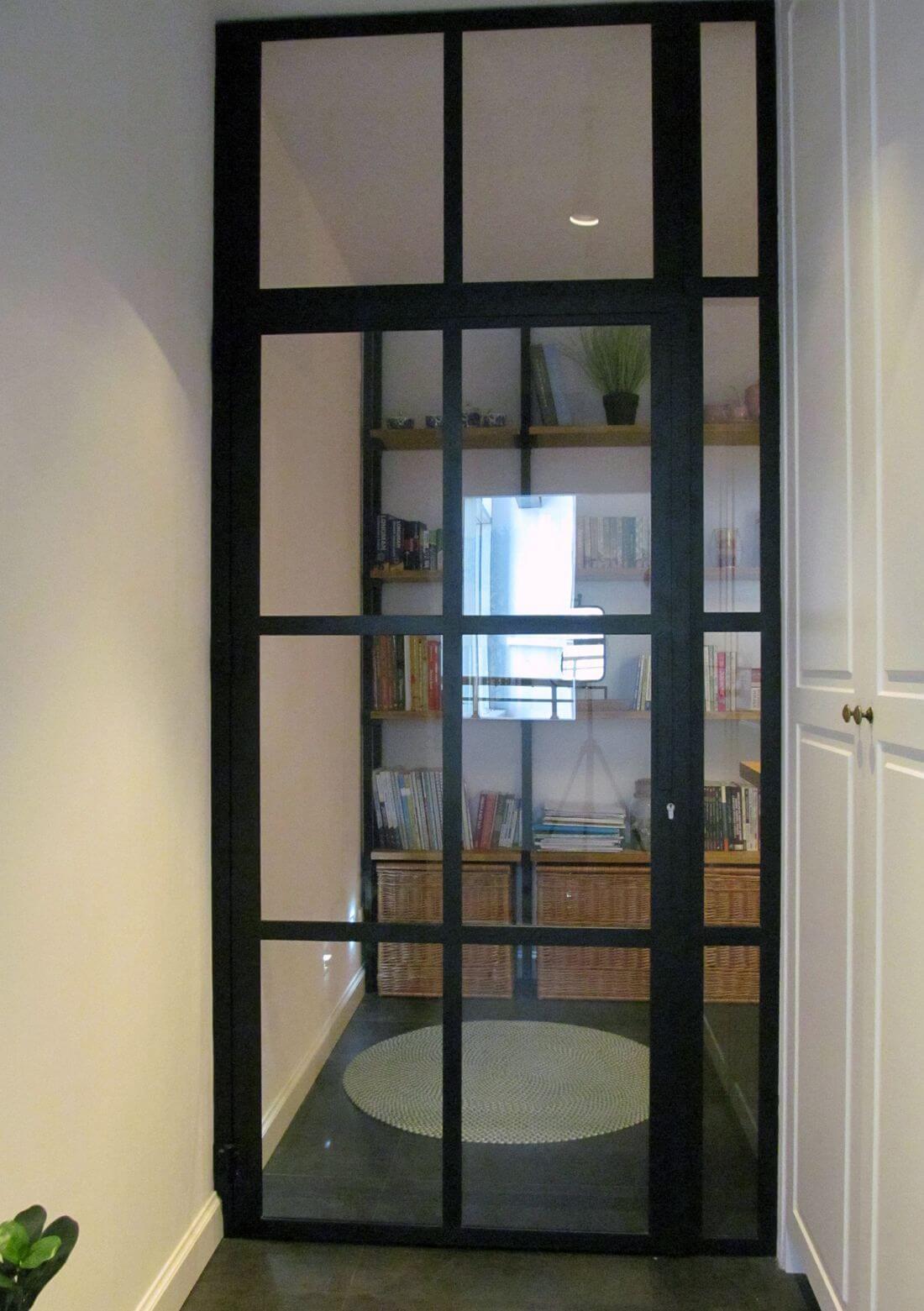Drzwi Loftowe wraz ze świetlikiem i przeszkloną framugą z czarnej stali konstrukcyjnej i bezpiecznego szkła 33.1