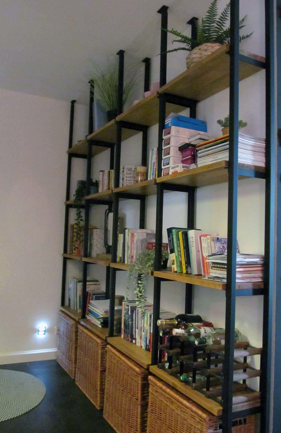 Mieszkanie Loft - Warszawa Praga - Regał Loftowy na książki w stylu industrialnym wykonany z metalu i drewna