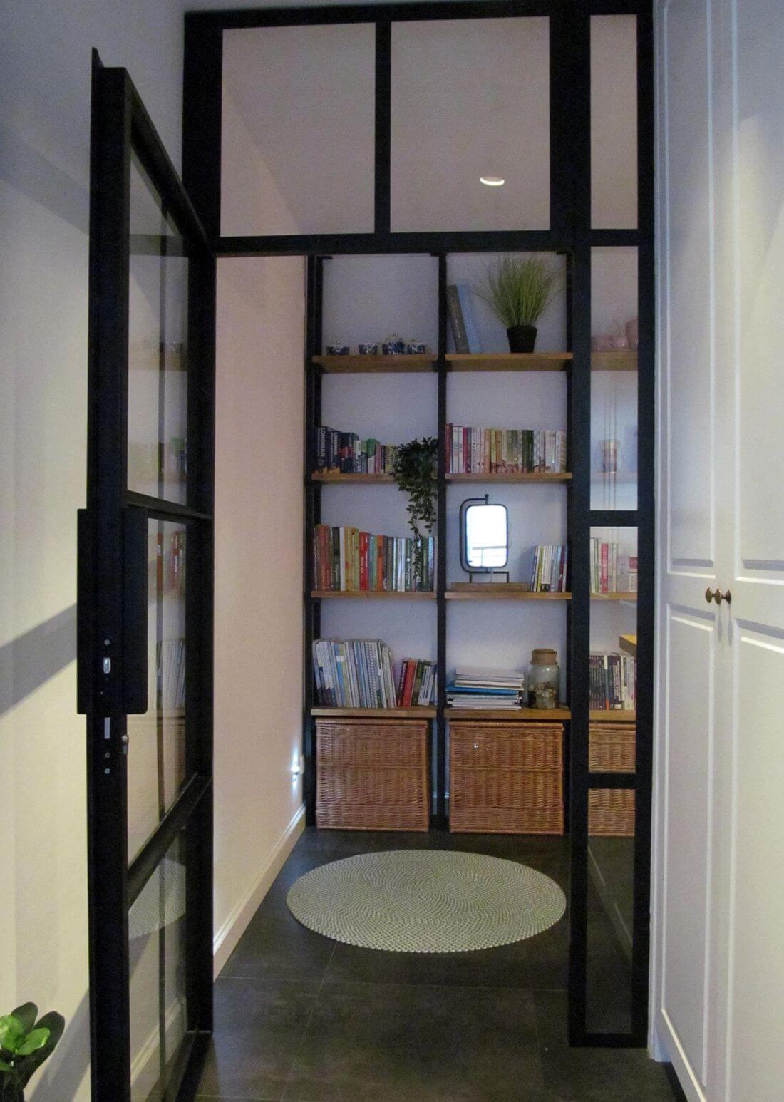 Mieszkanie Loft - Warszawa Praga - Drzwi typu loft z czarnego metalu i szkła zamykane na klucz w przedsionku
