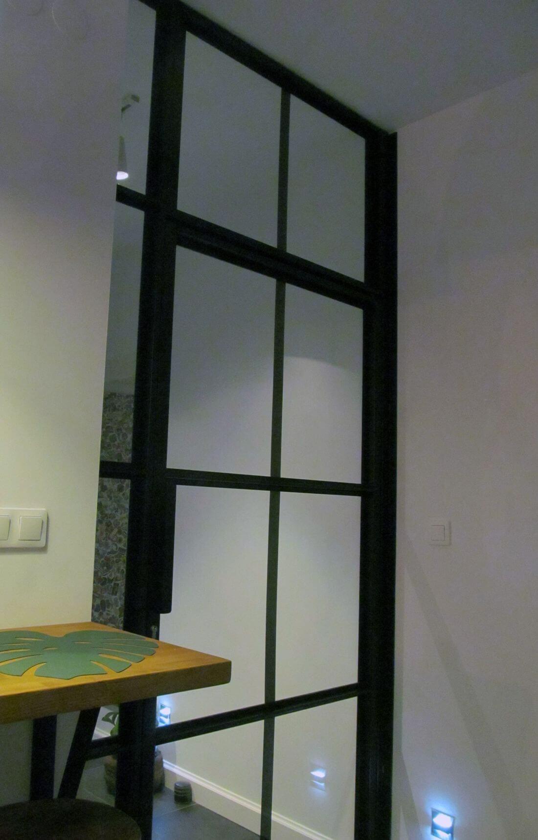 Mieszkanie Loft - Warszawa Praga – Loftowe drzwi metalowo-szklane zamykane na klucz w przedsionku mieszkania