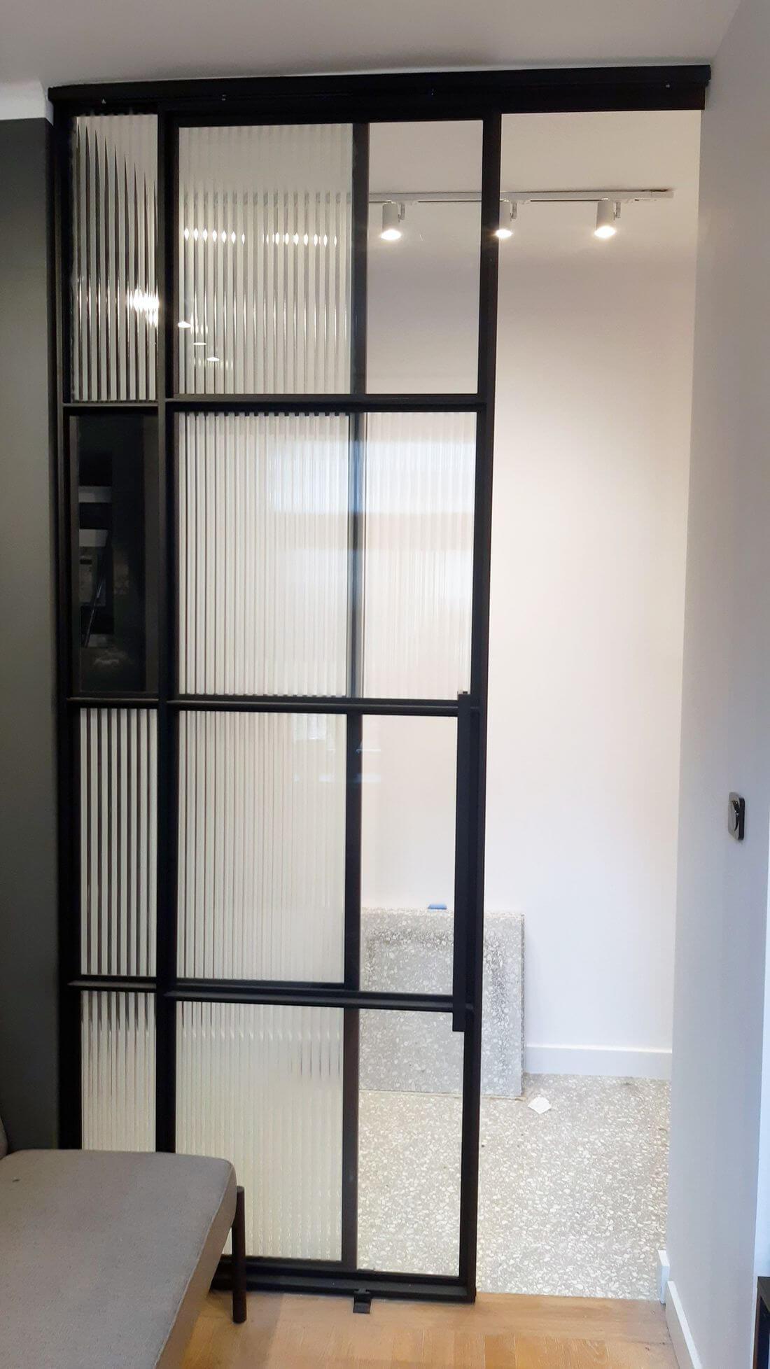 Drzwi przesuwne szklane - stal konstrukcyjna pomalowana na czarno w stylu drobnej struktury kolorem ral 9005