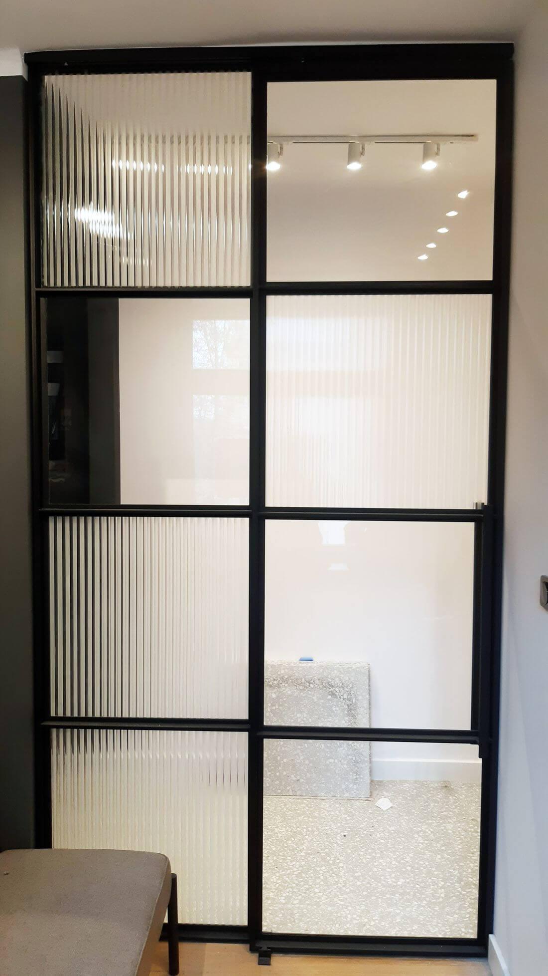 Drzwi przesuwne szklane loftowe – szkło bezpieczne 33.1 – szkło flutes – szkło przezierne – stal konstrukcyjna