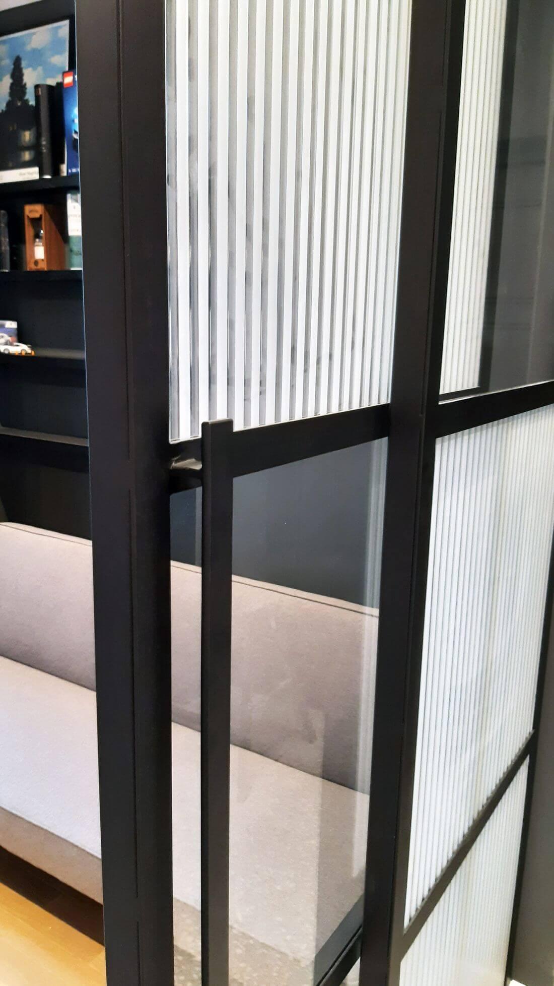 Pochwyt do otwierania drzwi przesuwnych szklanych wykonanych ze stali konstrukcyjnej pomalowanej na czarno