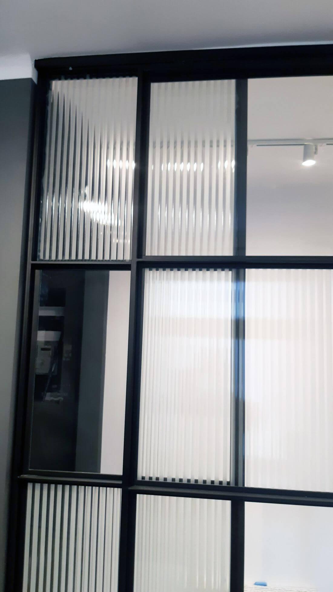 Drzwi przesuwne szklane loftowe – szkło bezpieczne 33.1 – szkło flutes – stalowa konstrukcja