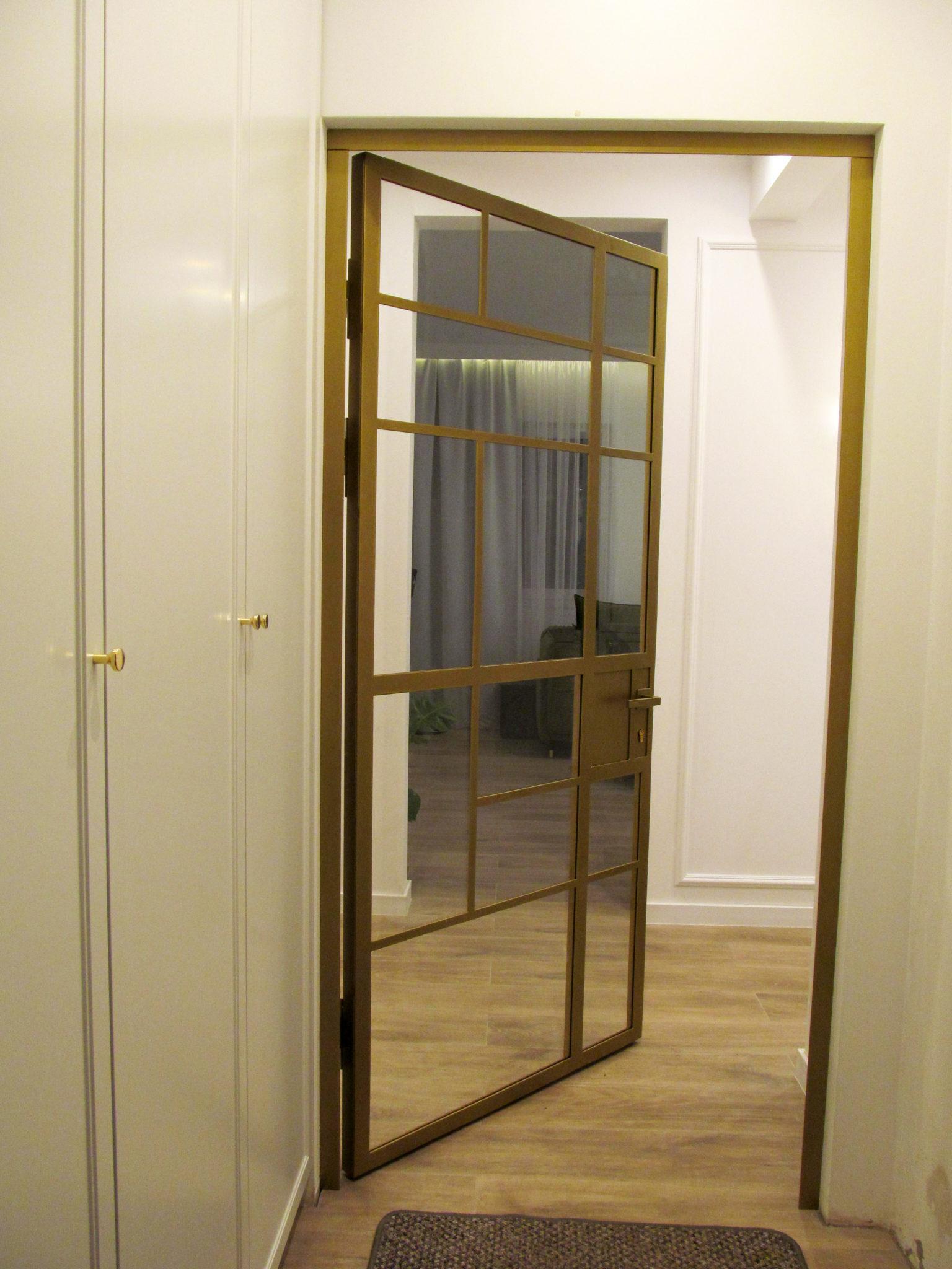 Drzwi loftowe złote jednoskrzydłowe otwierane na lewo z klamką oraz zamkiem zamykane na klucz