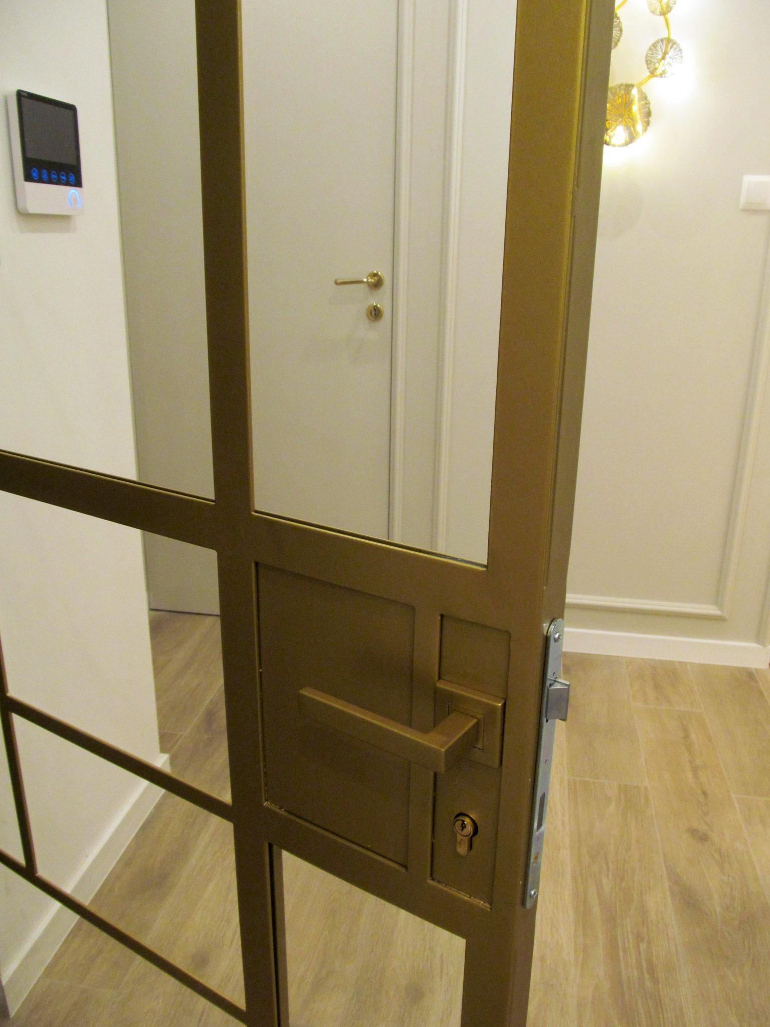 Drzwi loft jednoskrzydłowe złote z klamką oraz zamkiem z wkładką Yalowską otwierane na lewą stronę