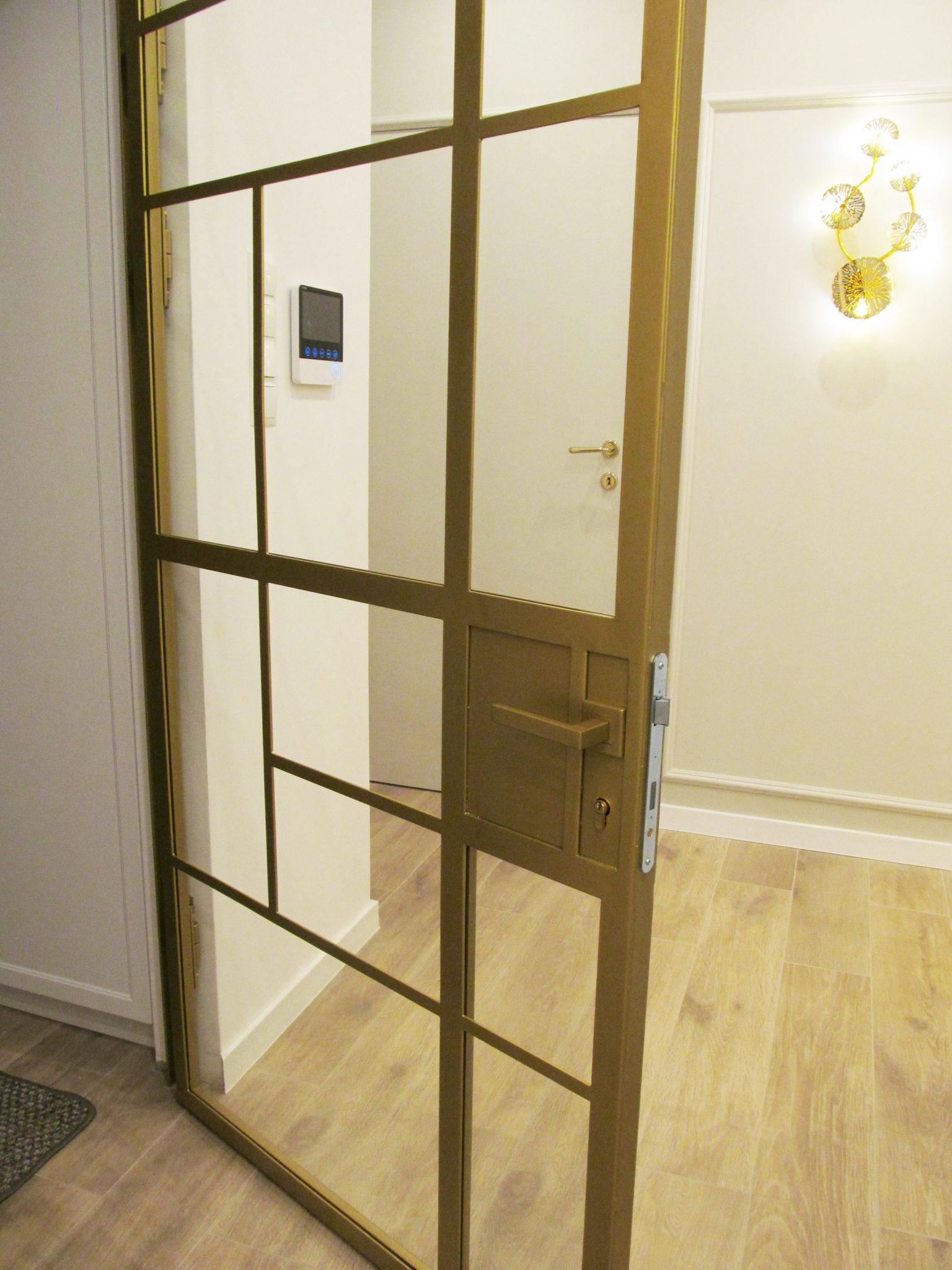 Szklane drzwi loft jednoskrzydłowe złote zamykane na klucz ze szkłem bezpiecznym 33.1 z folią