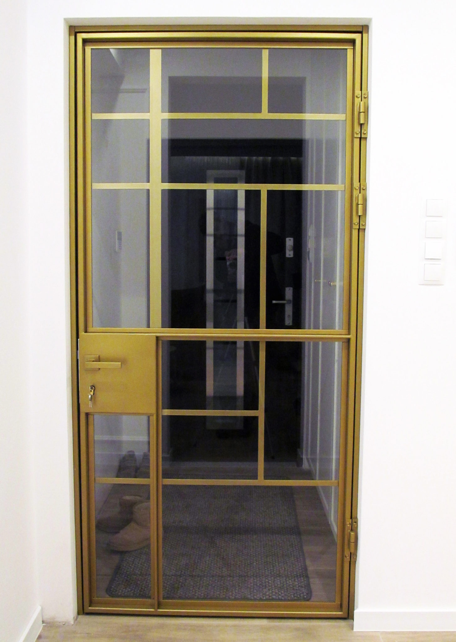 Pozłacane drzwi loftowe – szkło bezpieczne 33.1 z folią – biała ściana – parkiet – drzwi zamykane na klucz