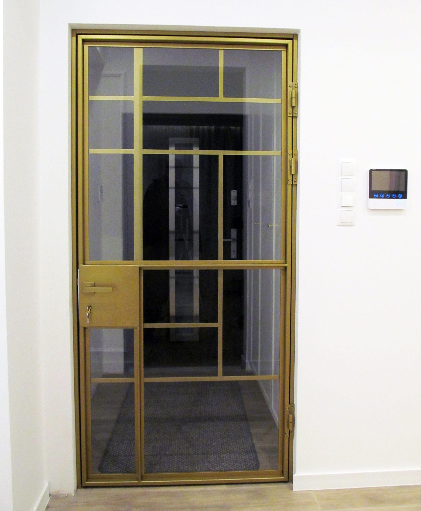 Metalowe drzwi loftowe pomalowane na złoto, wypełnione bezpiecznym szkłem 33.1 z klamką i zamkiem na klucz