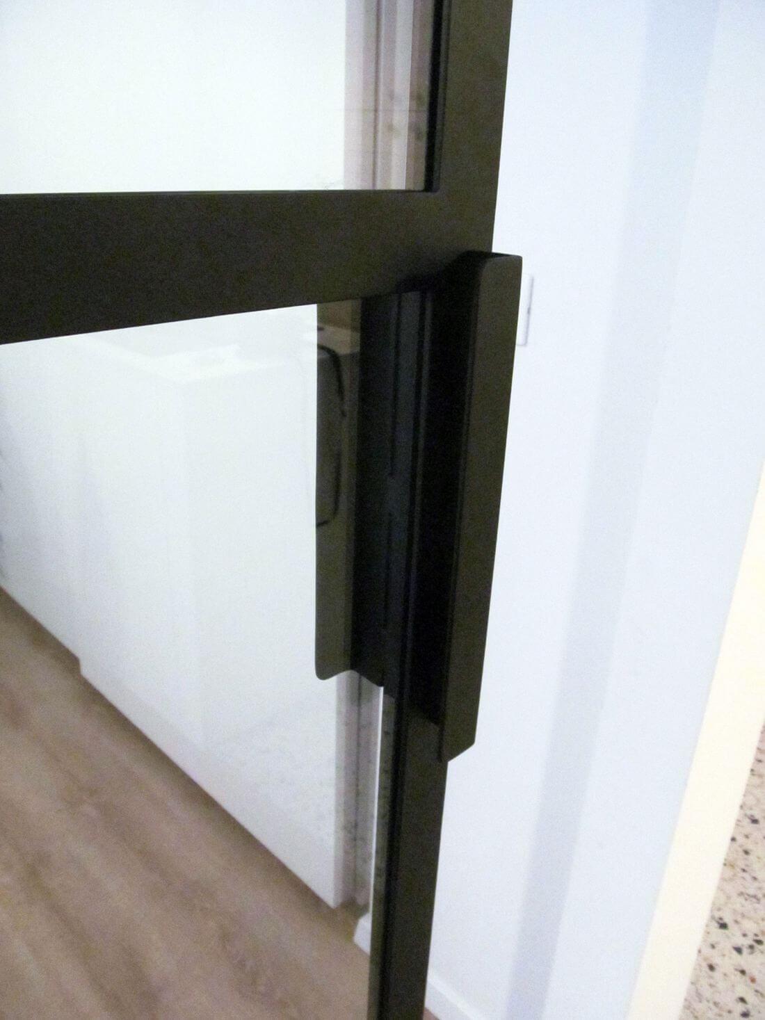 Metalowy pochwyt / klamka w drzwiach loftowych przesuwnych wykonanych ze stali konstrukcyjnej