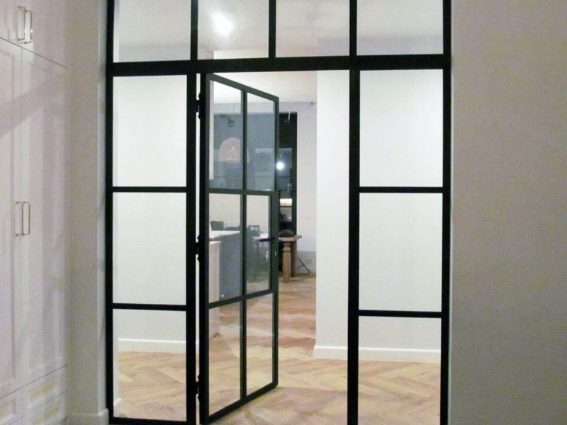 Drzwi Skrzydłowe Szklane ze Ścianką Loftową oddzielającą dwa niezależne pomieszczenia pomalowana na czarno