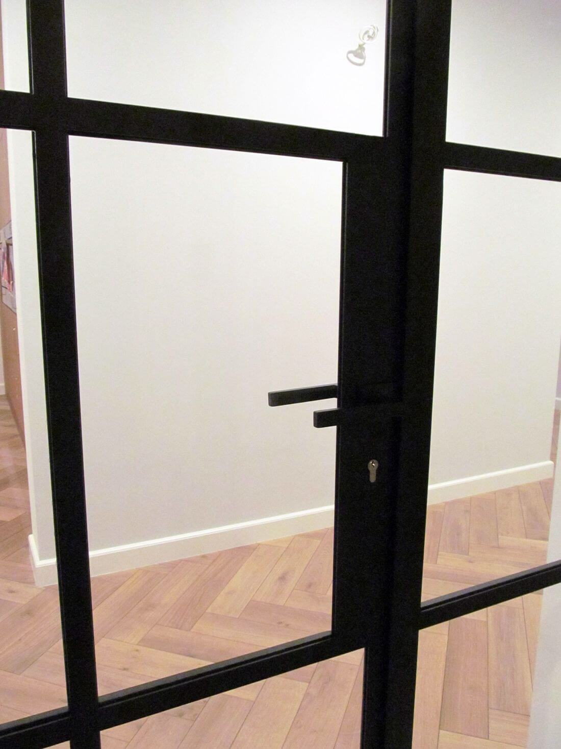 Loft door with handle and cylinder lock with safety glass type 33.1