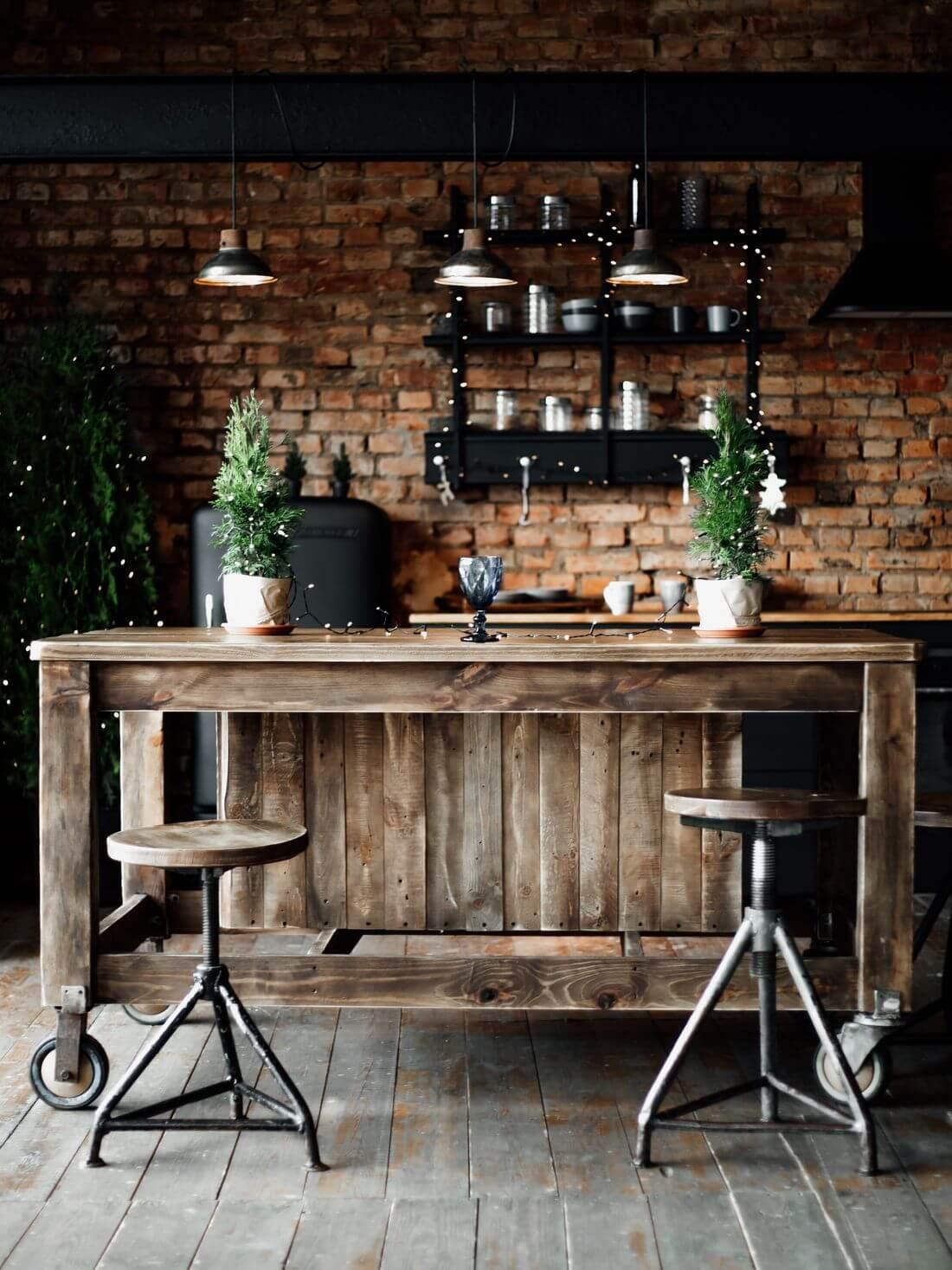 Kuchnia w stylu Industrialnym i Rustykalnym z masywnym drewnianym stołem na kółkach i ceglanymi ścianami